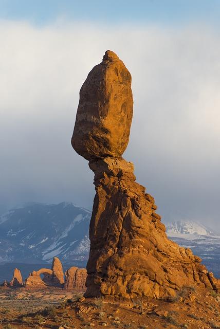 balanced-rock-1659945_640 (2).jpg
